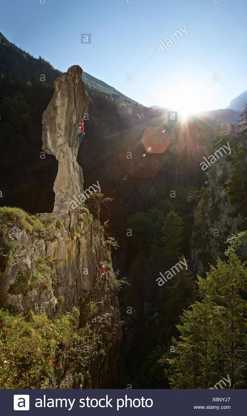 Le sport d'escalade escalade un pinacle, Ehnbachklamm gorge, Zirl, Tyrol, Autriche Photo Stock