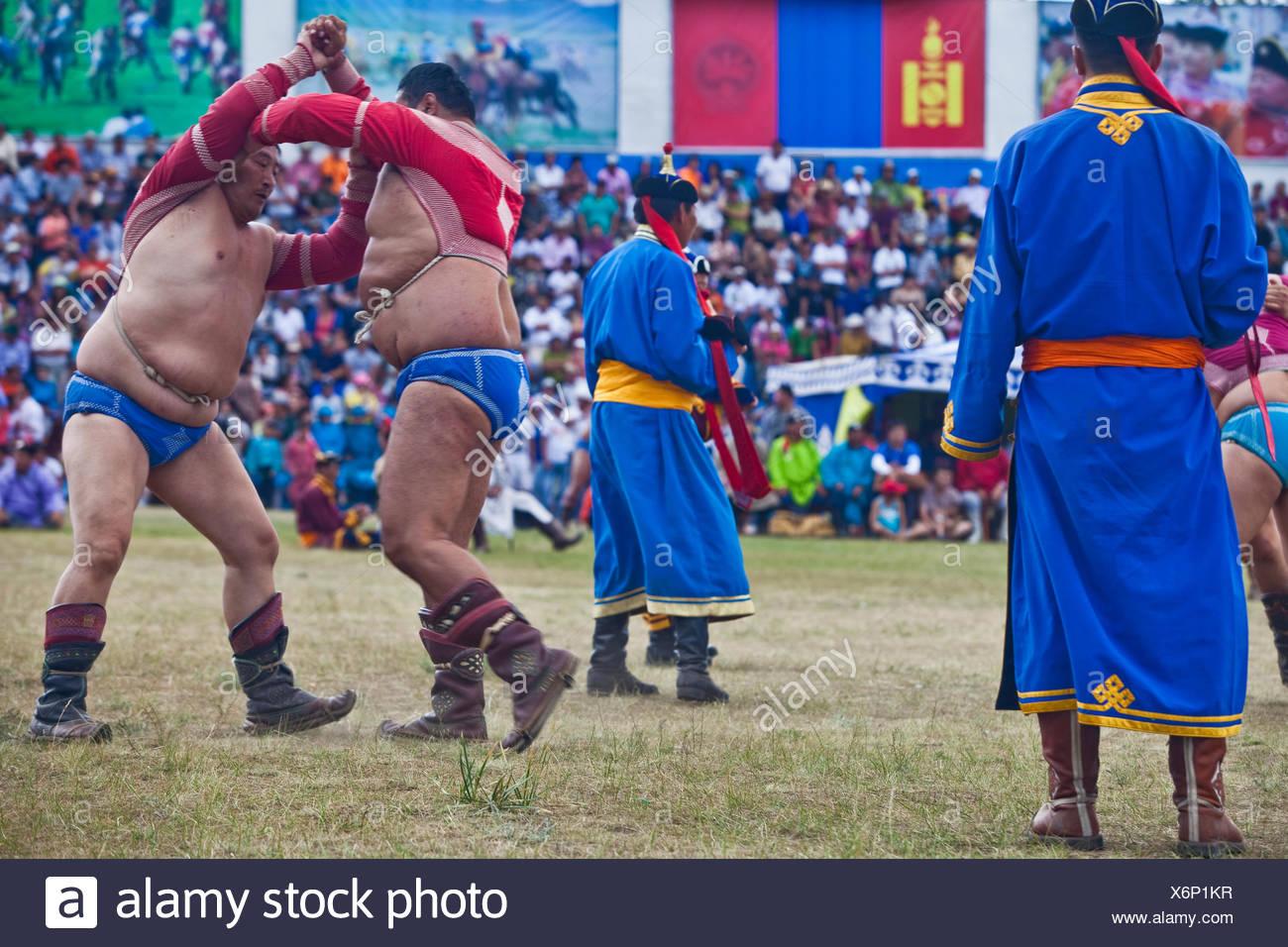 Les lutteurs lutte simultanément en face d'un auditoire enthousiaste. Le tour se termine quand l'un des compétiteurs touche le sol avec leur genou ou e Banque D'Images