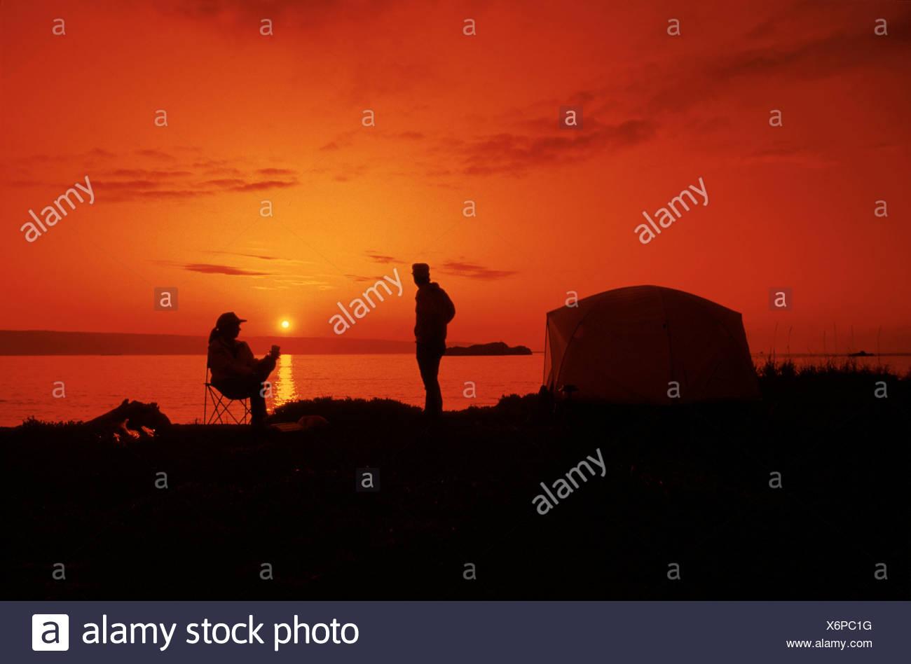 Kachemak Bay près de Homer Sunset Southcentral AK tente campeurs par silhouette pittoresque d'été Photo Stock