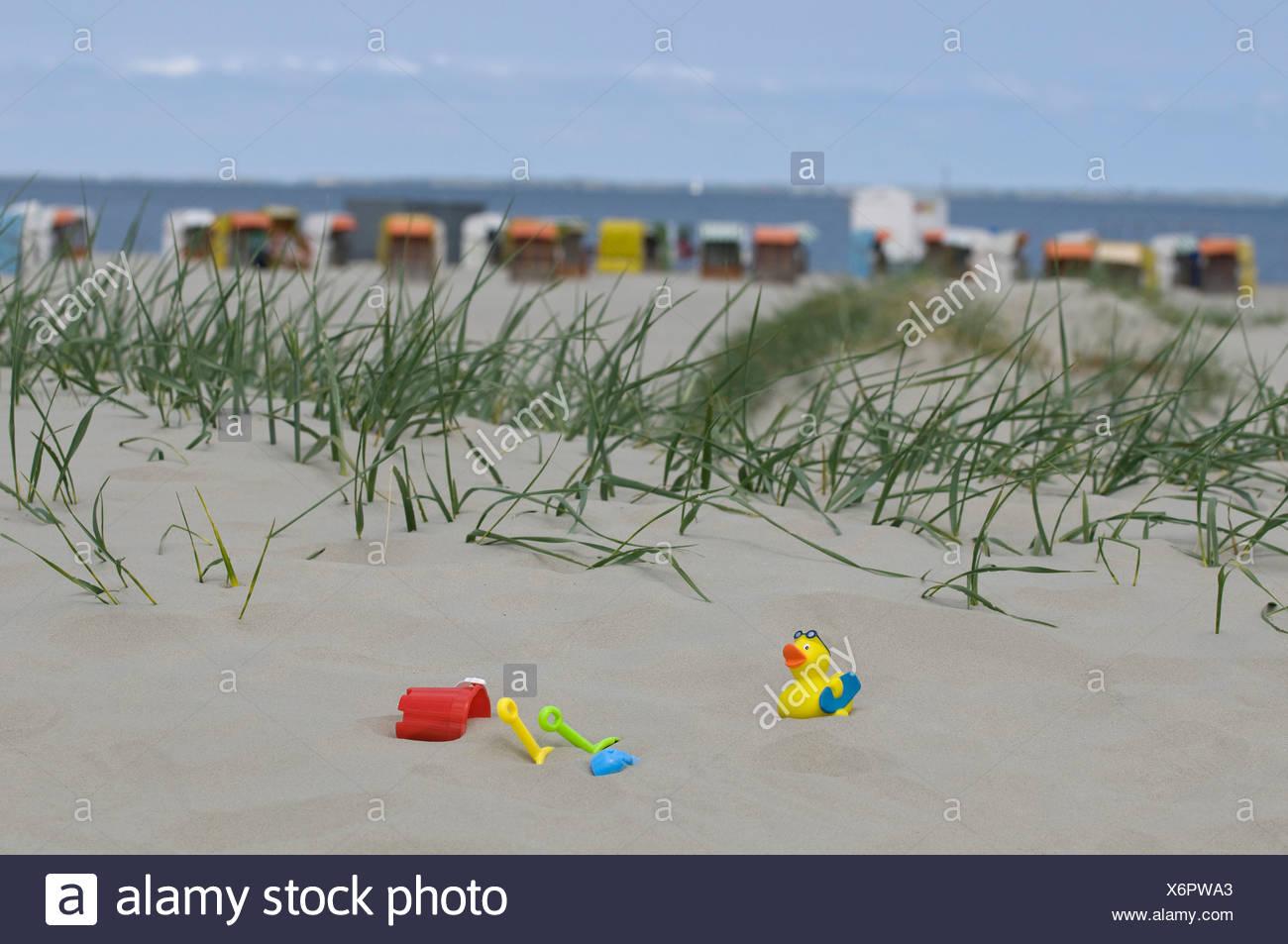 Vacances, les jouets pour enfants sur une dune de sable en face de chaises de plage en osier couvert sur une plage et la mer, Norden, Norden Photo Stock