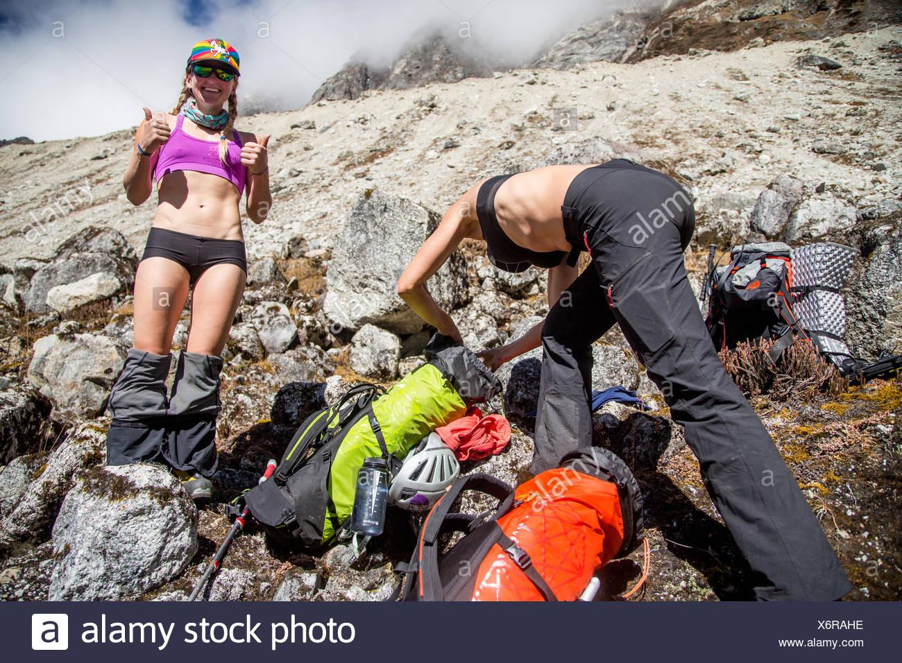 Les membres de l'expédition de changer leurs vêtements et de l'emballage. Photo Stock