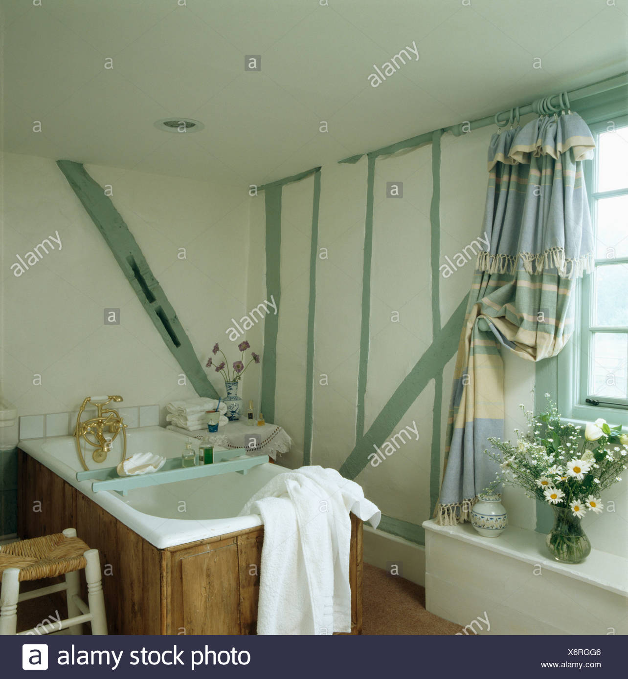 Vert pastel peint sur le mur de poutres petit chalet avec ...