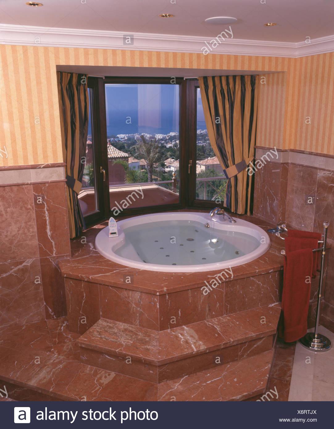 Salle de bains villa espagnole avec Brown en étapes jusqu\'à ...
