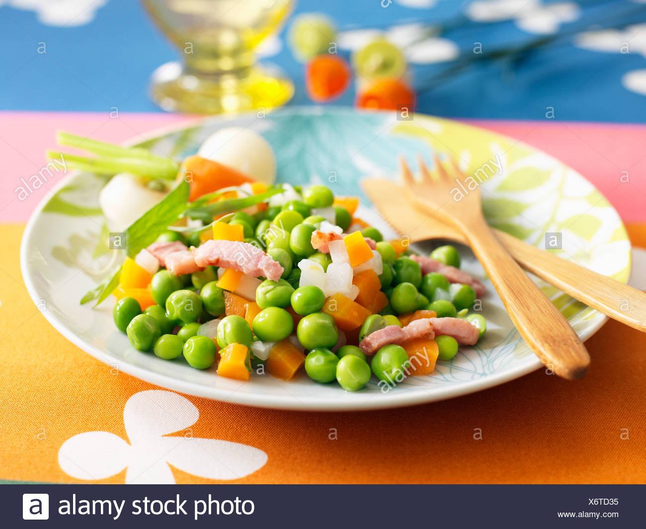Petits pois et carottes avec lardons Photo Stock