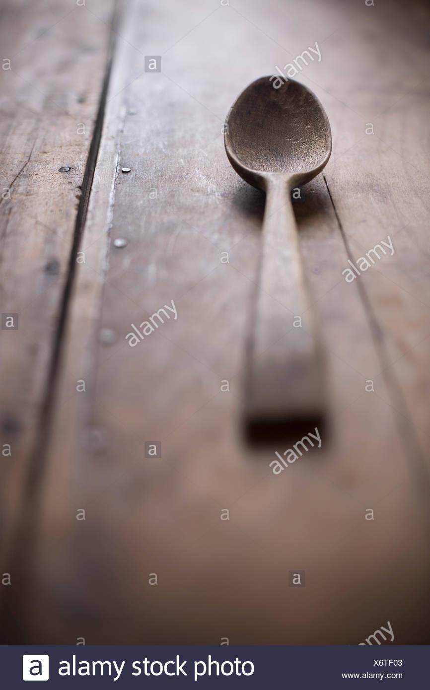 Cuillère en bois antiques sur la surface en bois rustique. Photo Stock