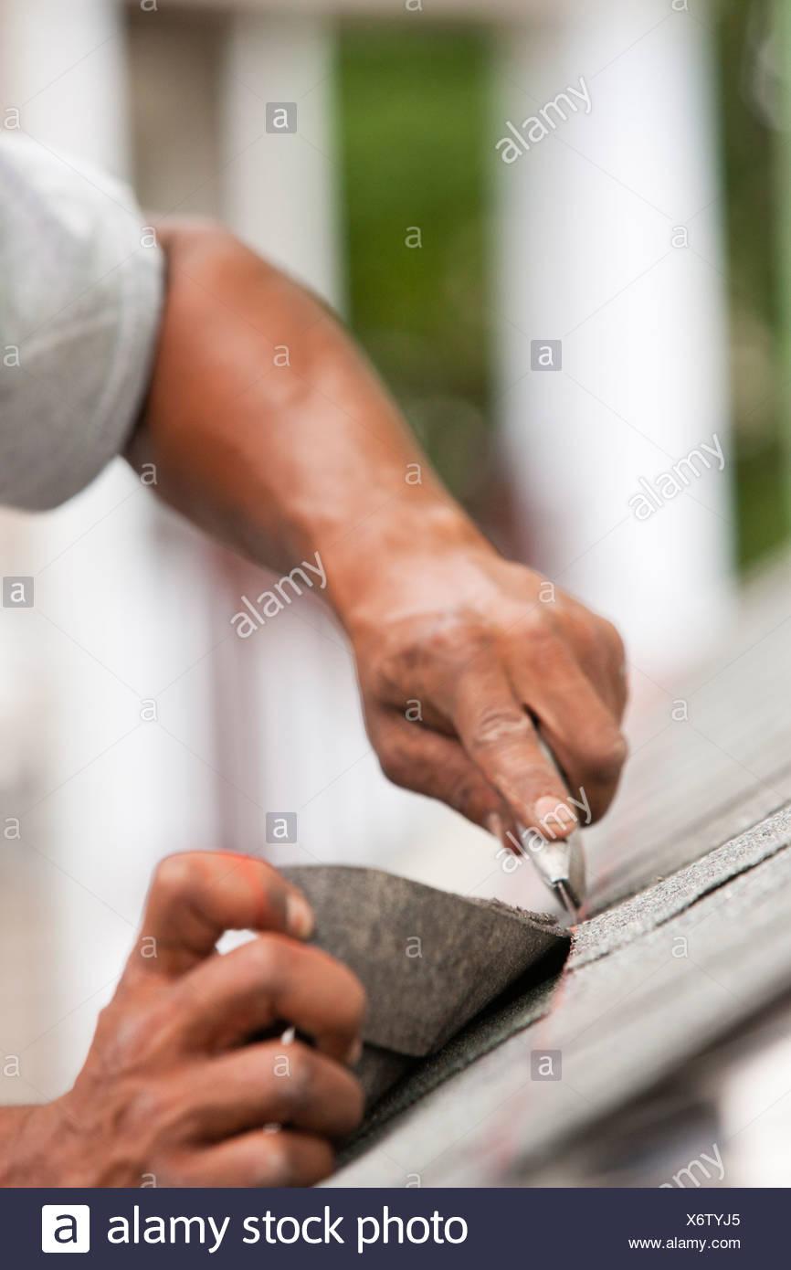 Hispanic carpenter bardeau à ligne de chaîne de fraisage Photo Stock