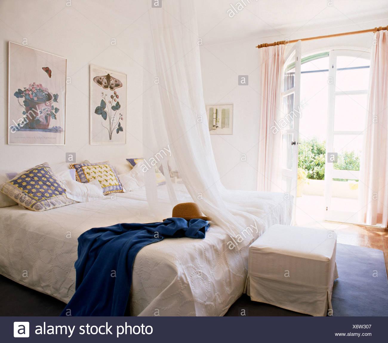 Moustiquaire Blanche Au Dessus De Lit Avec Couvre Lit Blanc Blanc En Lin  Blanc Côtières Chambre Avec Couvercle Desserré Sur La Selle