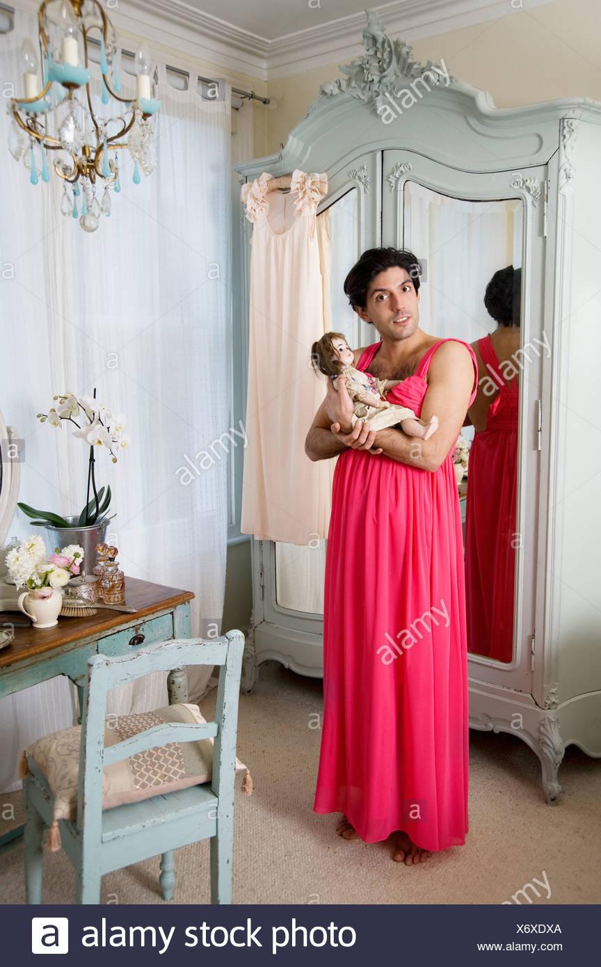 Le port de vêtements de drag queen holding doll Photo Stock