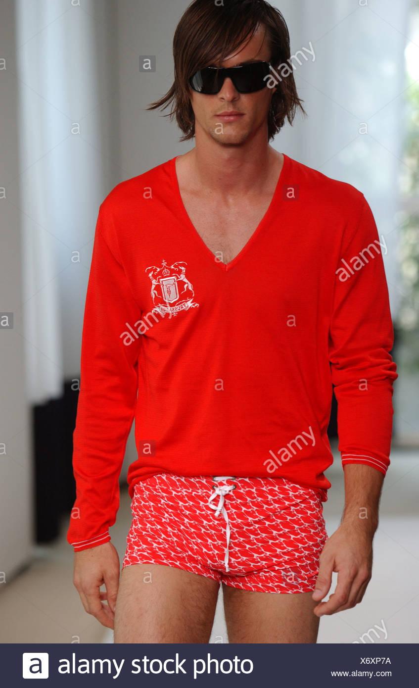Milan Trussardi S S Mâle portant des vêtements sombres, rouge à manches  longues col en v rouge à motifs maillot de bain Chambre Blanche a4add527f2d4