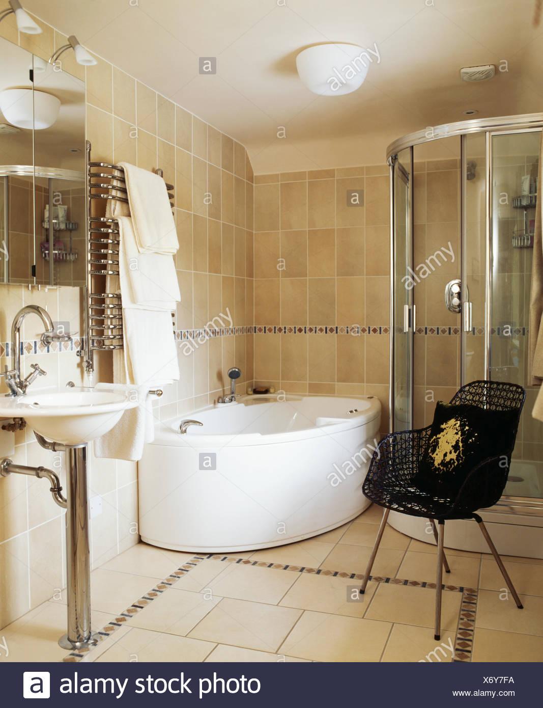 Cabinet de douche en verre et baignoire d\'angle en pierre calcaire ...