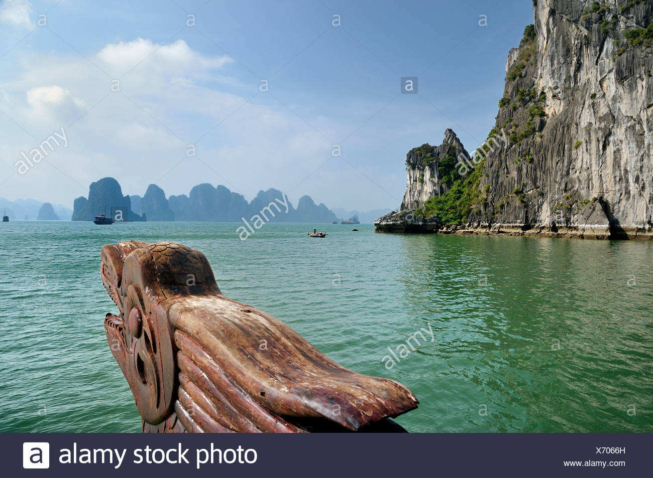 La sculpture sur bois, tête de dragon à la proue sur une jonque Halong Bay, à l'arrière du cône de karst, au Vietnam, en Asie du sud-est Photo Stock