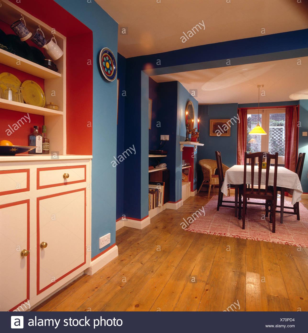 Parquet en bois vernis en bleu salle à manger avec étagères en ...