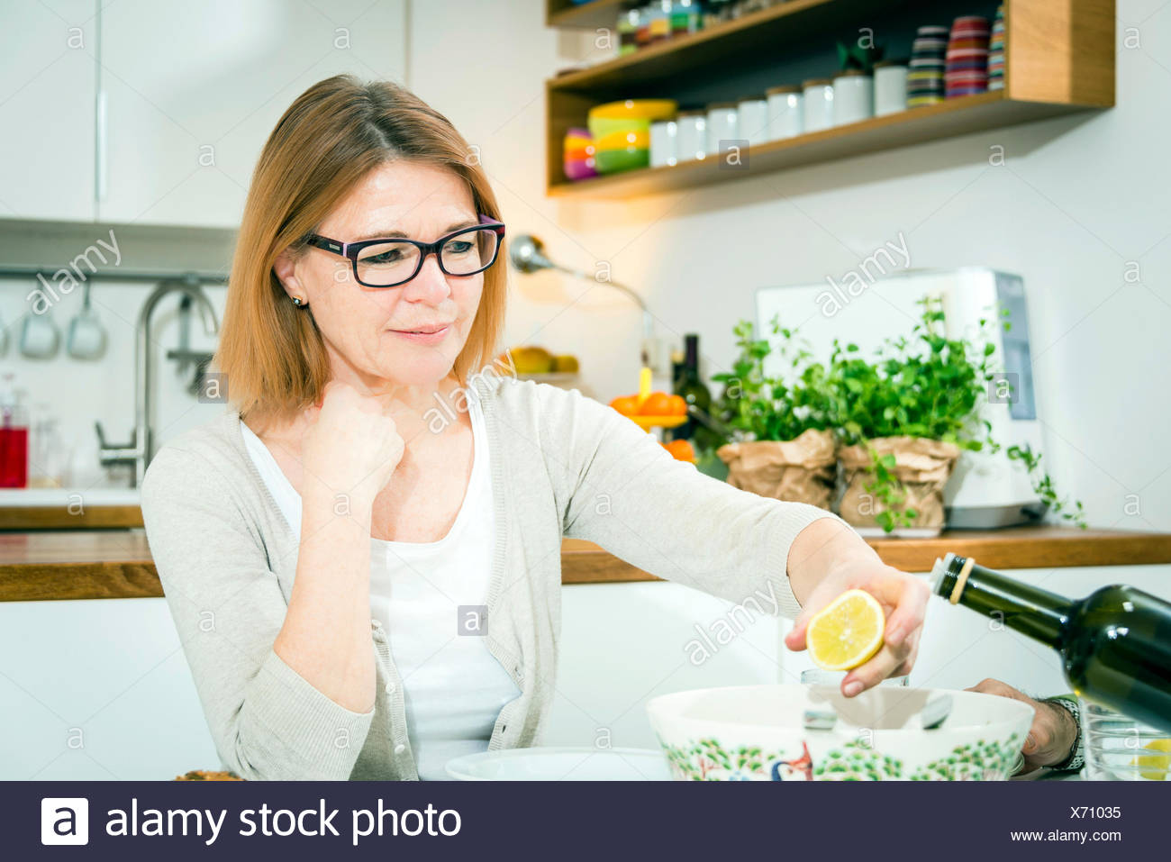 Senior woman holding lemon dans la main Photo Stock