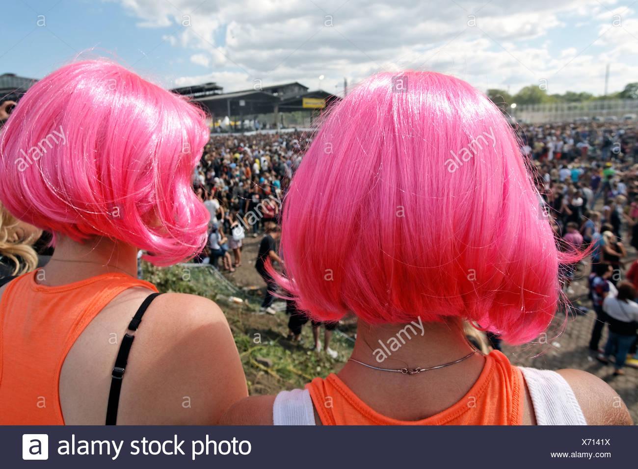 Deux jeunes femmes ravers portant des perruques whacky regarder la foule, Loveparade 2010, Duisbourg, Rhénanie-du Photo Stock