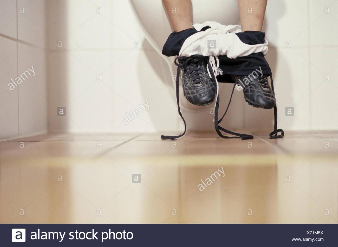 Salle De Bain Toilettes ~ salle de bain toilettes gar on s asseoir d tail les pieds l