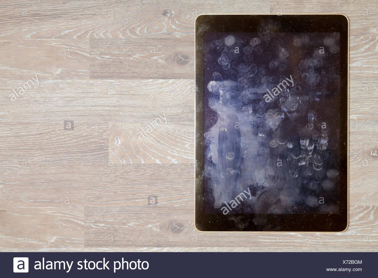 Voir d'empreintes digitales et de graisse sur écran de tablette Photo Stock