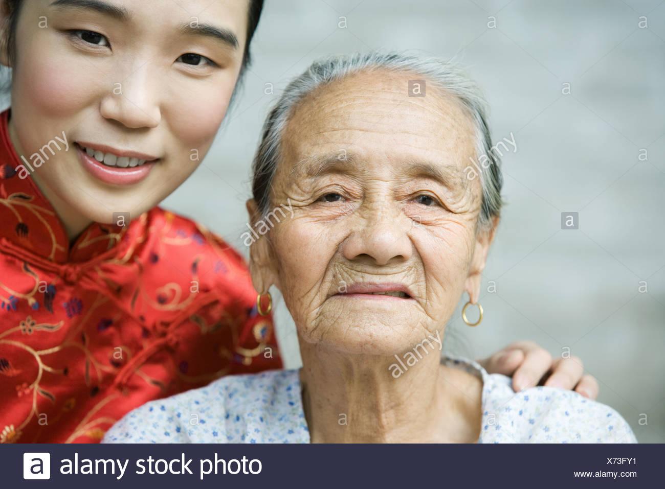 Jeune femme portant des vêtements traditionnels chinois posant avec grand-mère âgée, portrait Banque D'Images