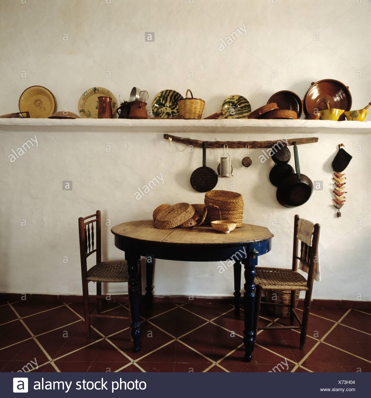 Ancienne Table Ronde En Bois Et De Chaises En Pays Salle A