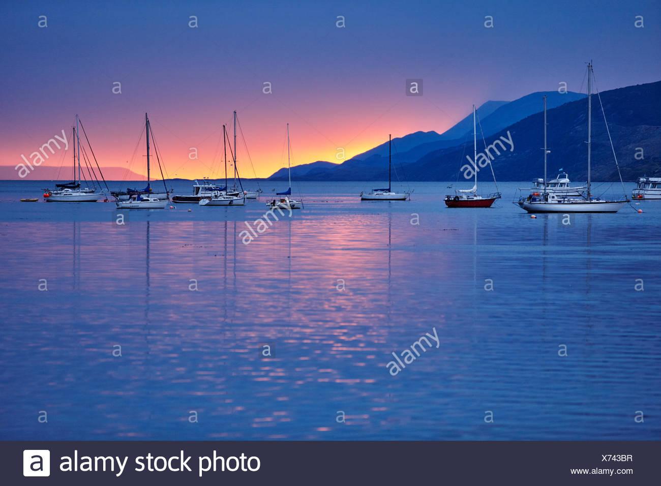 Bateaux à voile dans le port au coucher du soleil, Ushuaia, Tierra del Fuego, Argentina Photo Stock