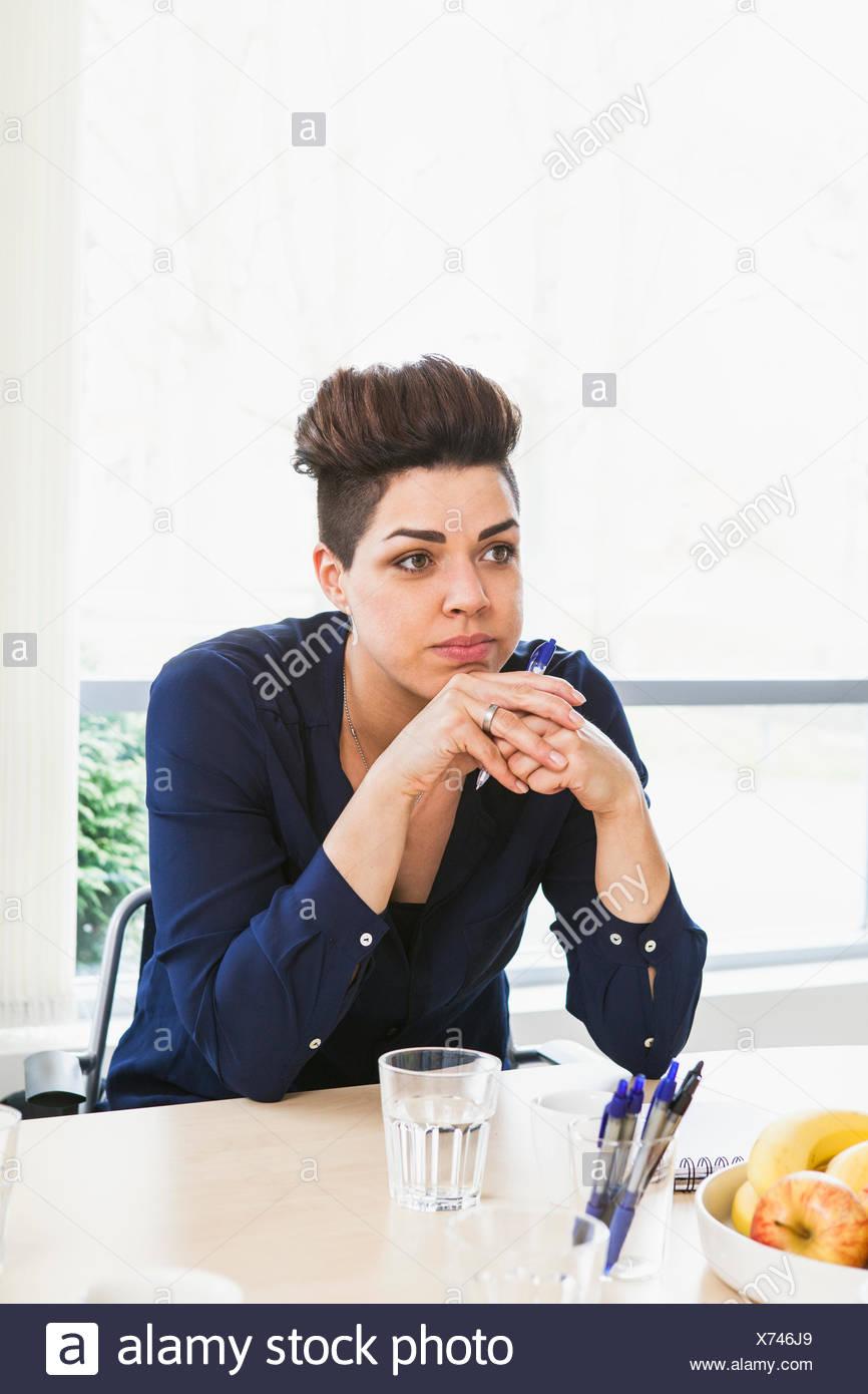 La Suède, la femme se concentrant sur la discussion Banque D'Images