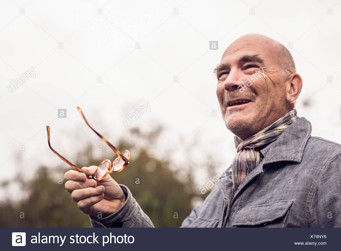 Senior man gesturing avec des lunettes Photo Stock