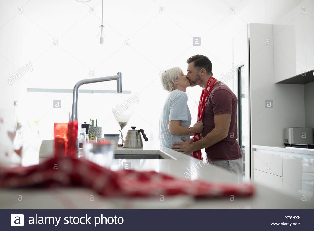 Affectueux,romantic couple kissing in matin cuisine Photo Stock