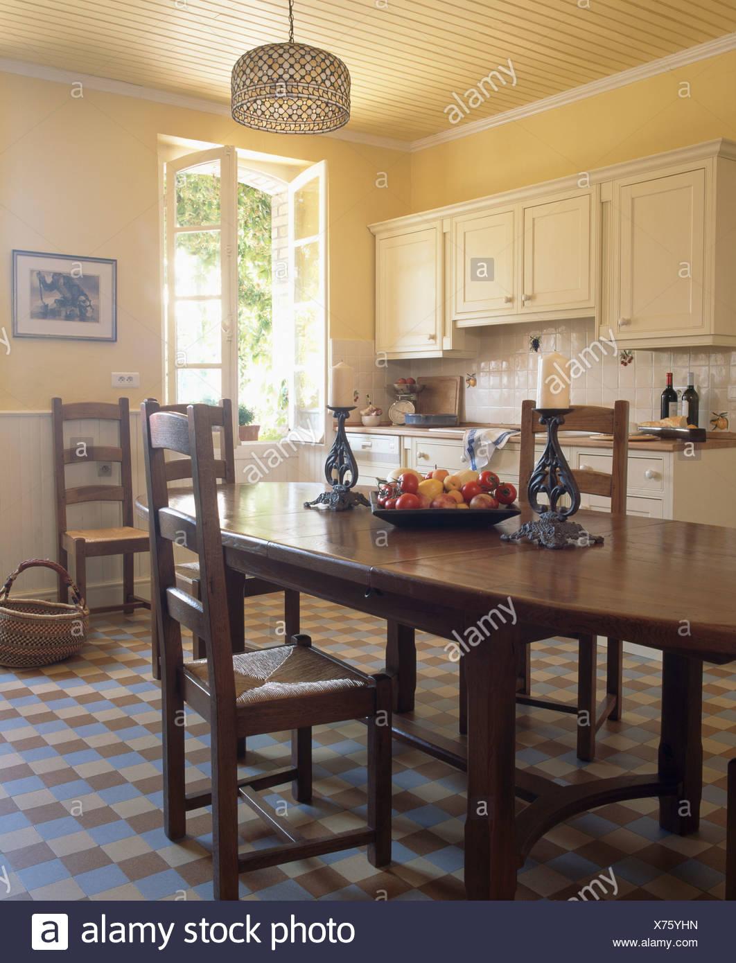 Table ancienne et rush-chaises assis en jaune pâle français pays ...