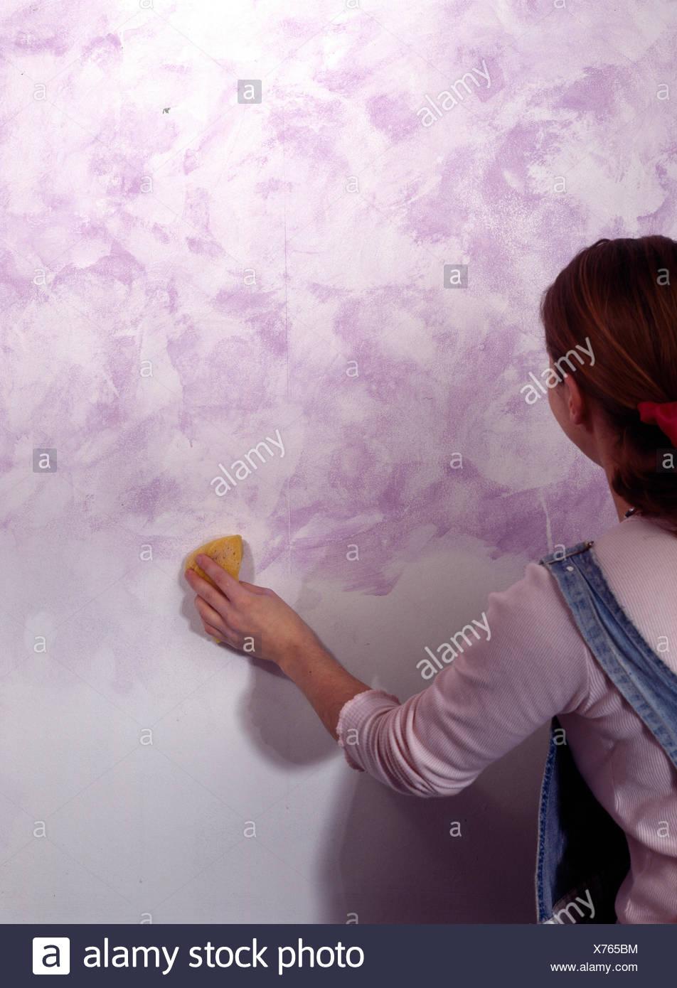 Peinture À L Éponge Sur Mur l'éponge femme peindre un mur banque d'images, photo stock