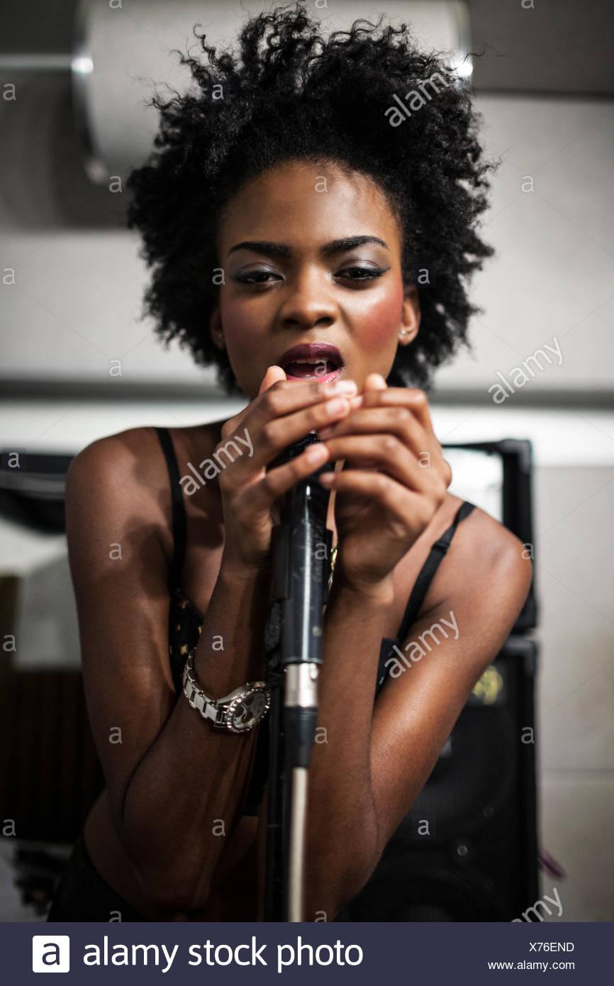 Jeune chanteur d'effectuer dans un studio Photo Stock