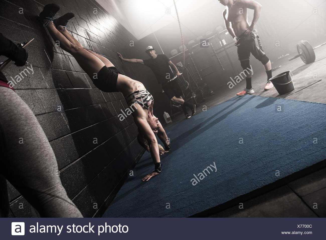 Groupe de personnes travaillant dans une salle de sport Photo Stock