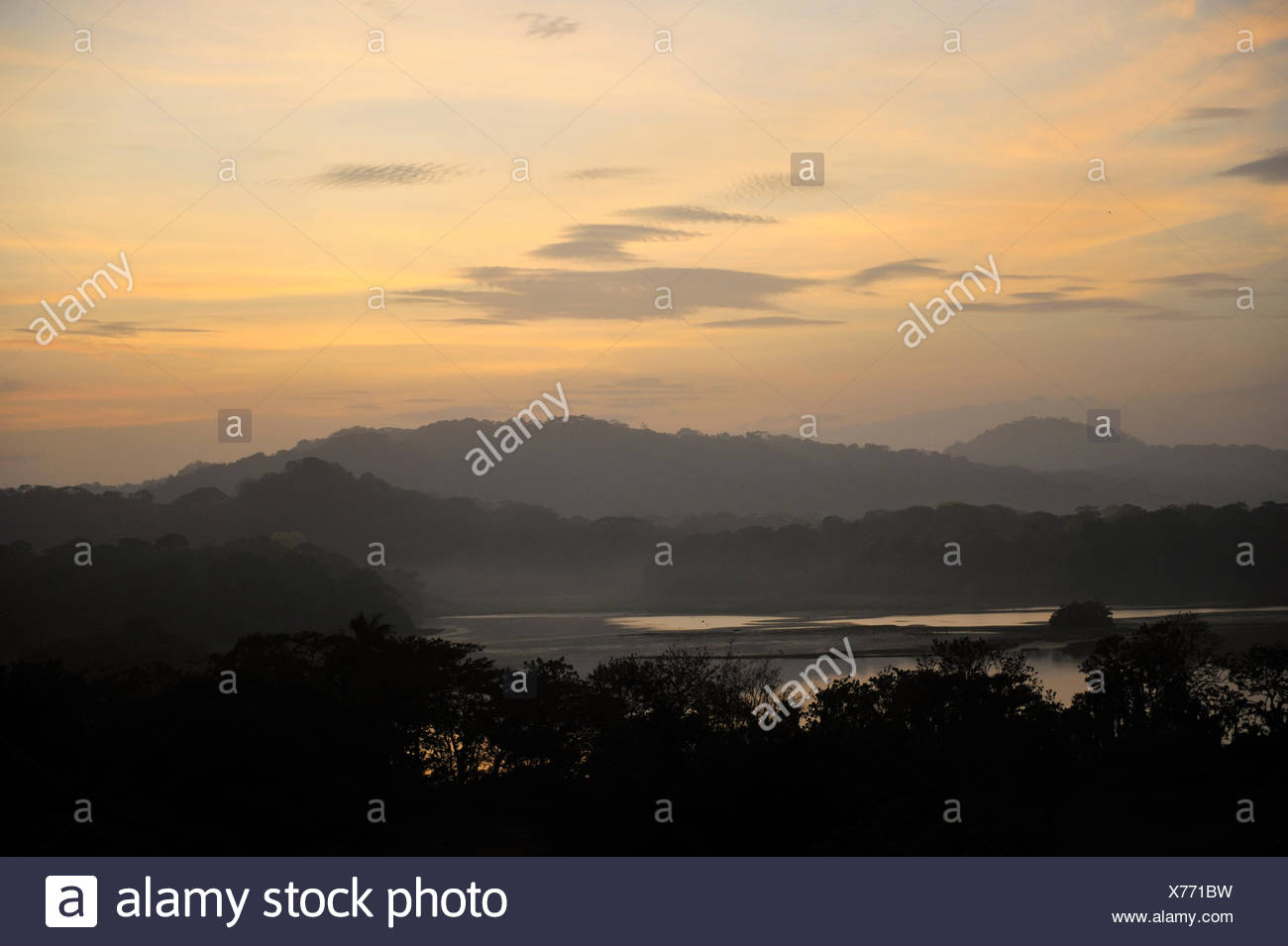 Lever du soleil sur le lac Gatun Canopy et Jungle Panama Photo Stock