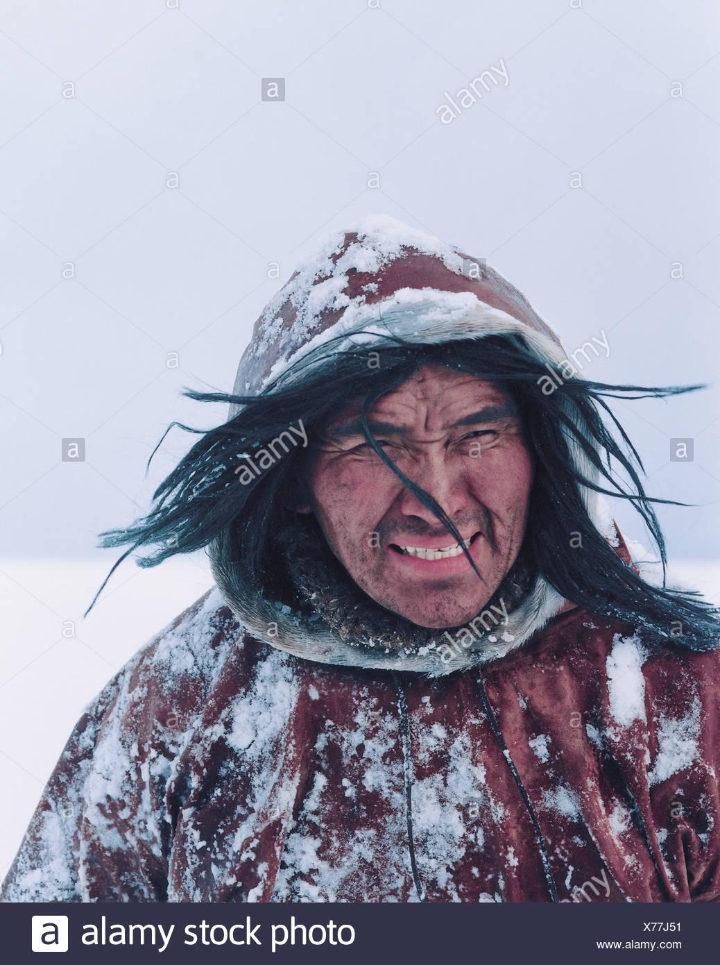 ba702195 eskimo-homme-dans-un-manteau-dhiver-dans-la-neige-des-cheveux-longs-blowing-in-wind-x77j51.jpg