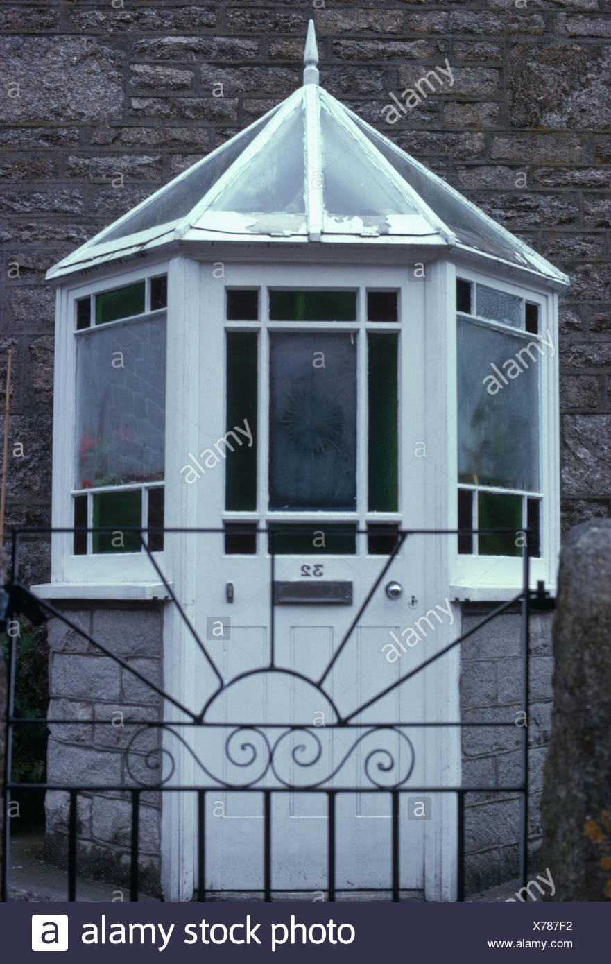 Veranda Metal Et Verre grille métallique en face de la maison avec véranda en verre