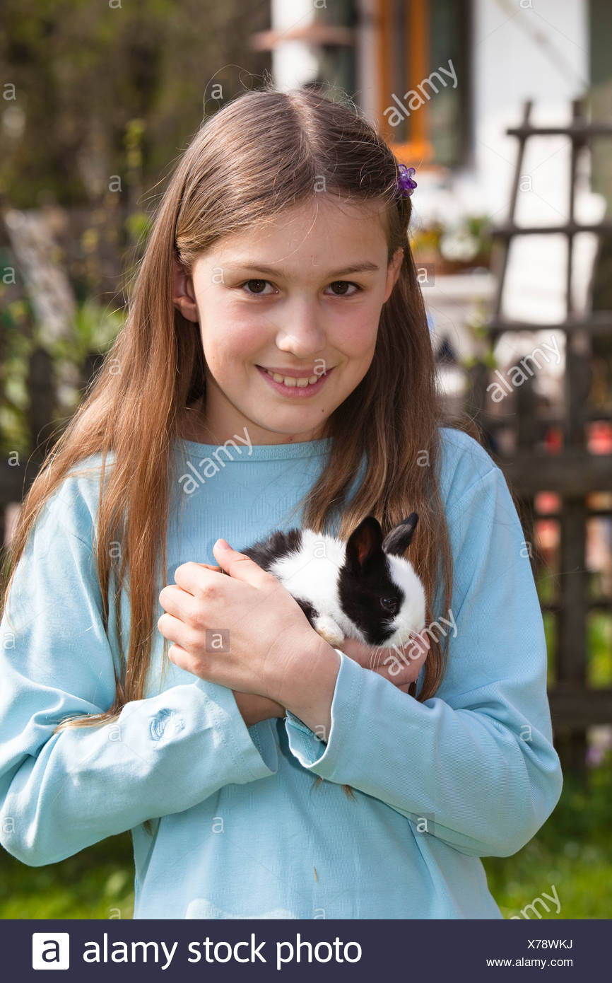 Fille, 10 ans, avec l'animal lapin Photo Stock