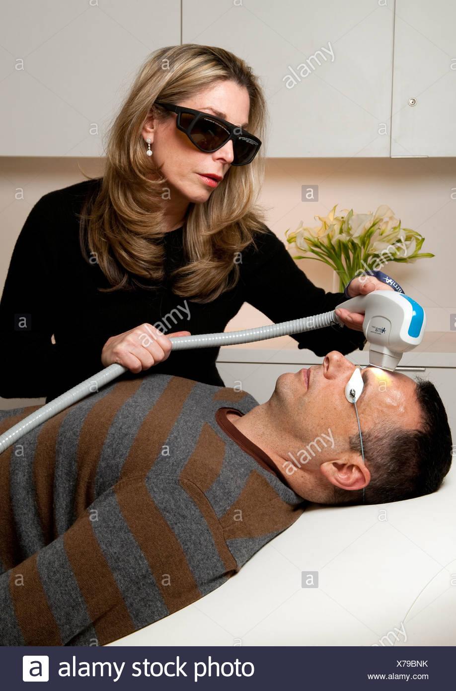 Traitement au laser pulsée IPL pour la peau endommagée Photo Stock