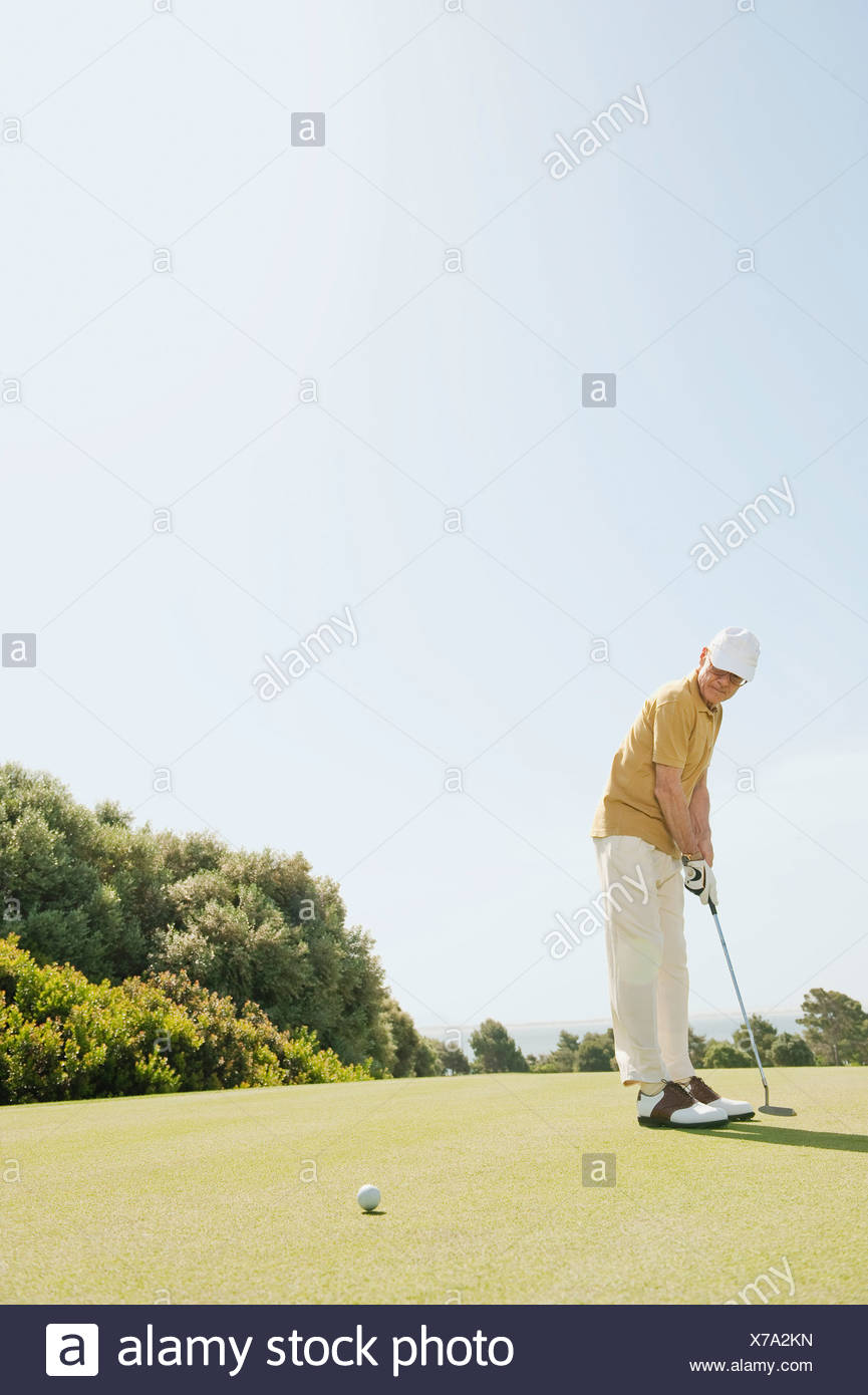 L'Espagne, Mallorca, Senior man playing golf, side view Photo Stock