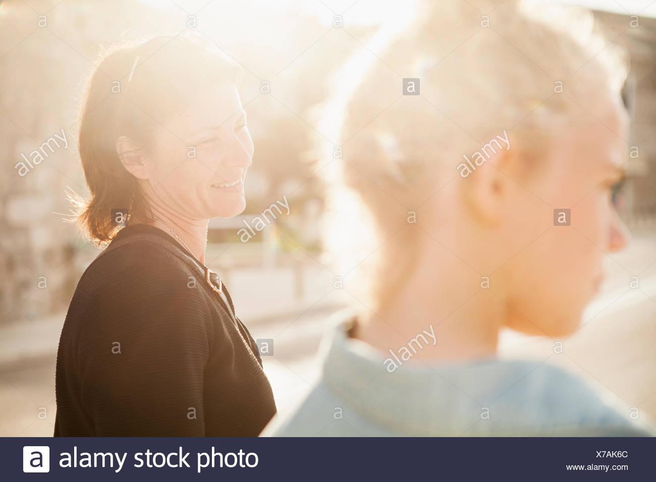 Une mère et sa fille souriante Photo Stock