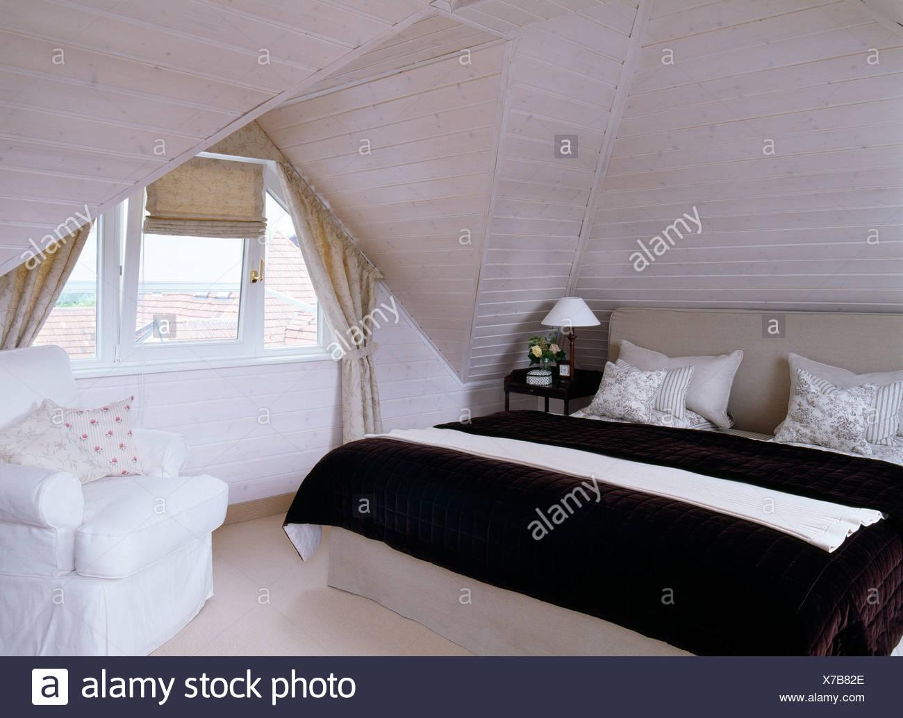 Courtepointe noir et blanc coussins sur meubles lit dans une chambre ...
