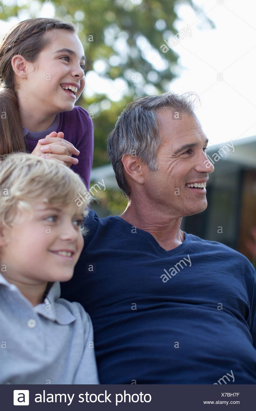 Le père et les enfants de détente en plein air Photo Stock