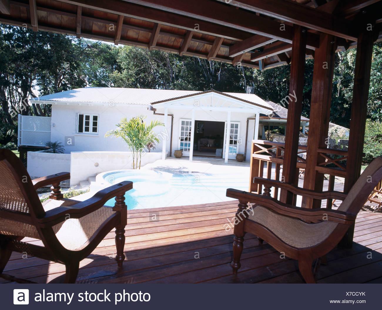 Chaises du semoir sur des planchers en bois gazebo en bois à côté de ...