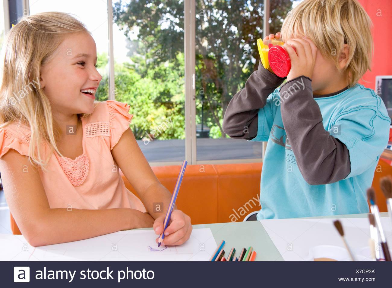 Garçon Fille faire rire de l'art et des métiers tableau Photo Stock