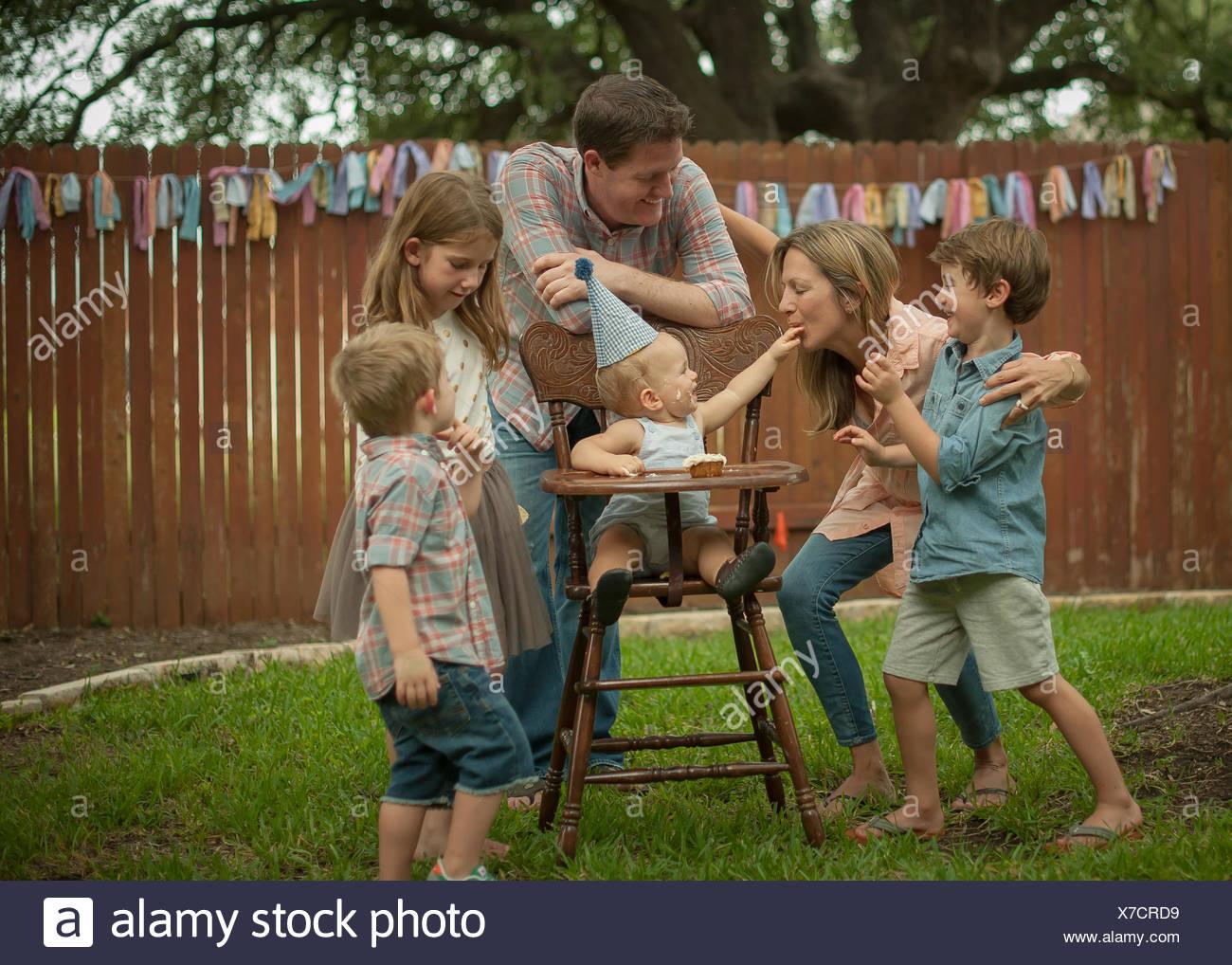 Family celebrating baby boys' premier anniversaire de cour arrière Photo Stock