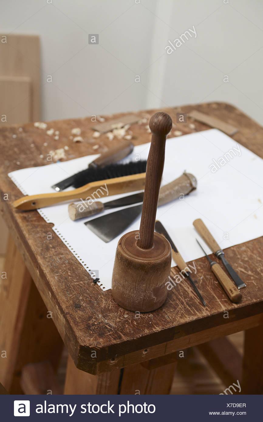 Outils et papier ciseau sur planche de bois Photo Stock