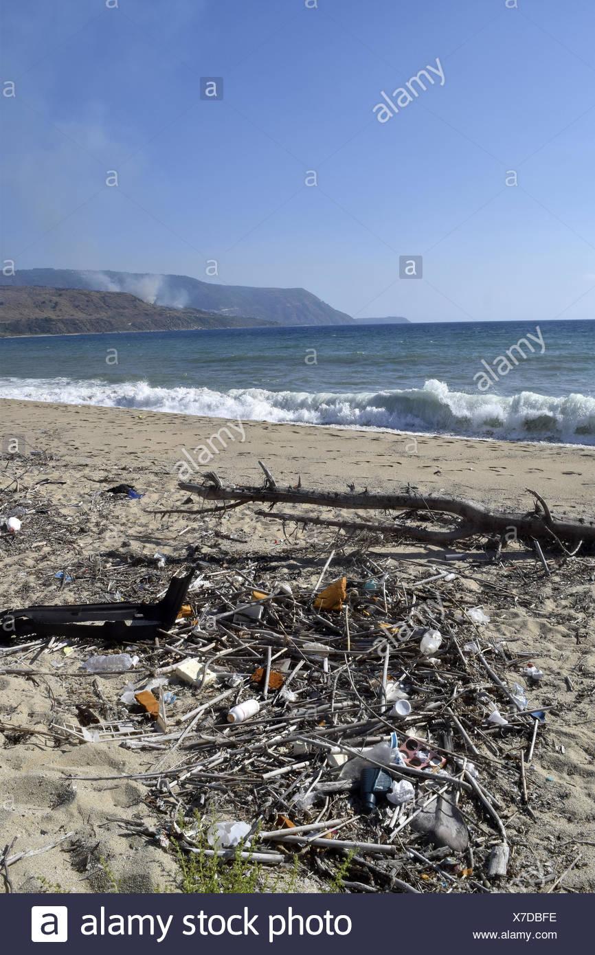 La pollution de l'environnement:un beau paysage marin de la Calabre déchets pollués par Photo Stock