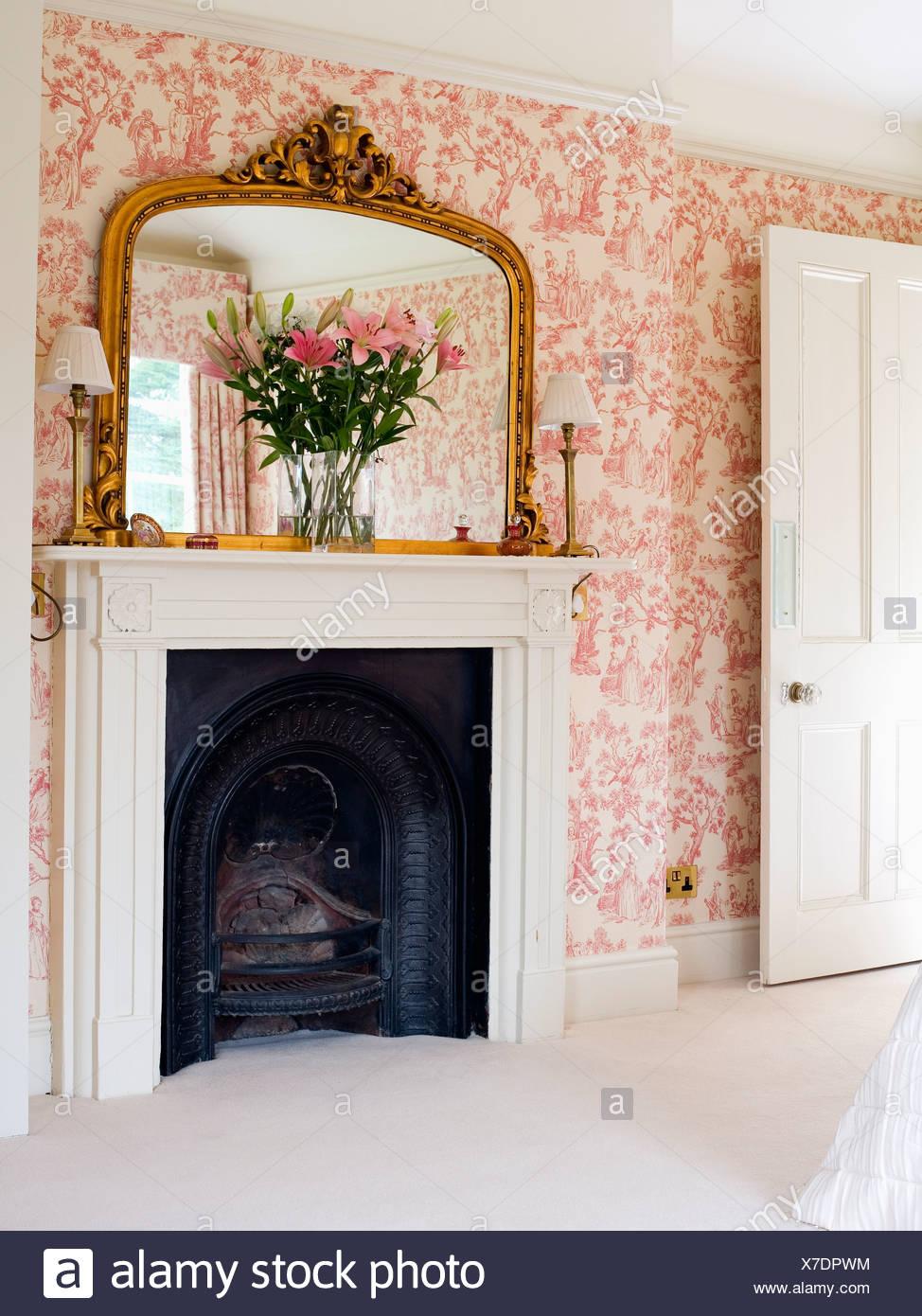 Grand Miroir Dore Au Dessus De Cheminee Dans Chambre Avec Toile Rose