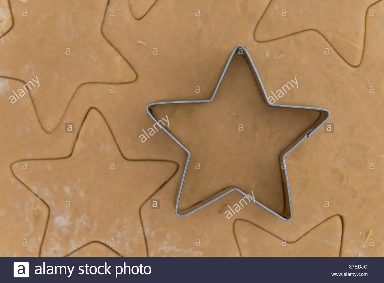 Coupe en forme d'étoile sur la pâte d'épices. Photo Stock
