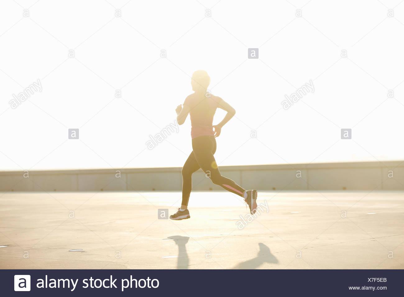 Homme qui courait sur le toit Photo Stock