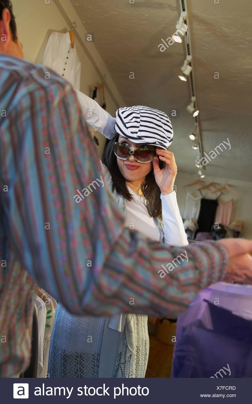 f94fda677e5638 Jeune femme essayant des lunettes de soleil dans un magasin Banque D ...