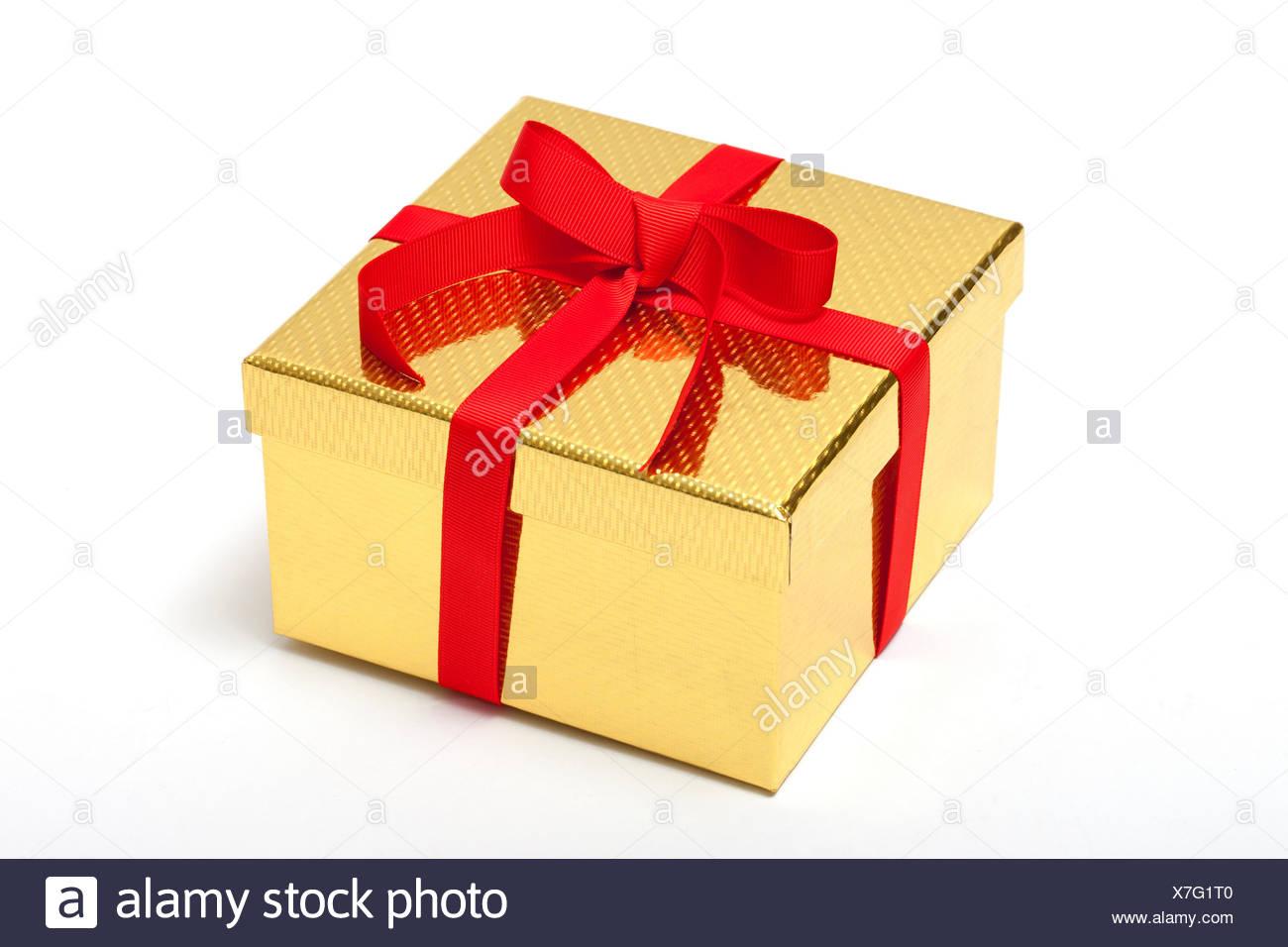 Boîte cadeau doré avec ruban rouge Banque D'Images