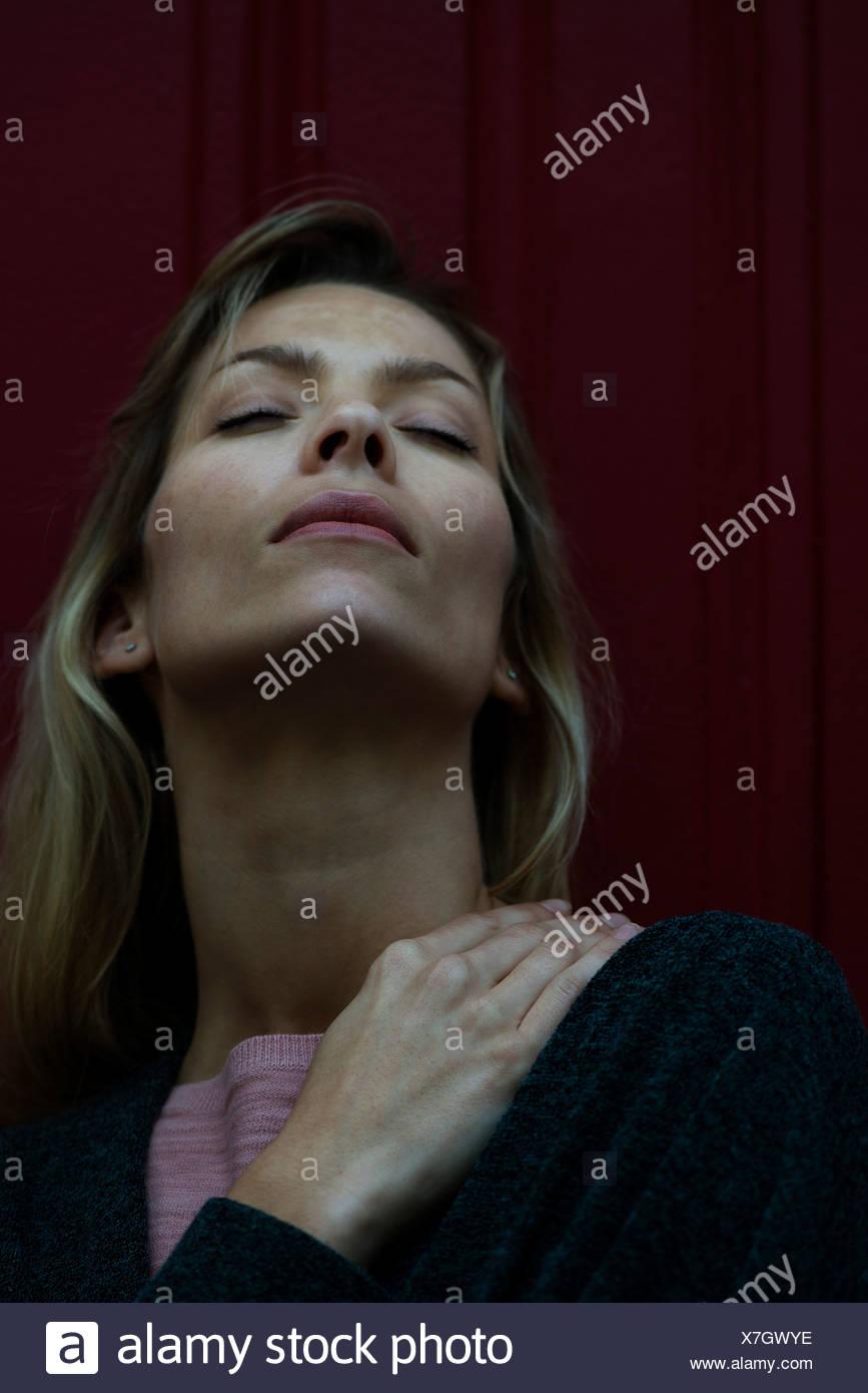 Woman rubbing douleurs au niveau des épaules Photo Stock